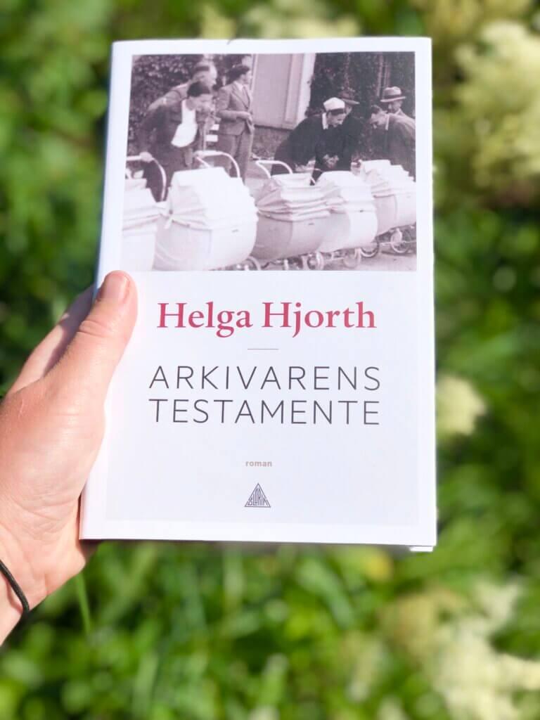 Helga Hjorth, Arkivarens testamente, Gloria forlag